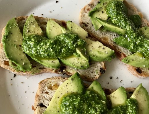 Brood met avocado en pesto van radijsblad van Roos in de Keuken